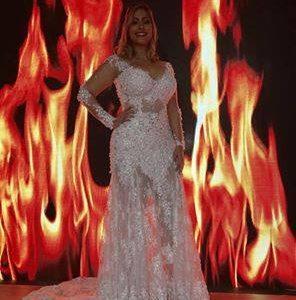 Tem casamento no Hell's Kitchen e o vestido da noiva é de Juarez Fernandes