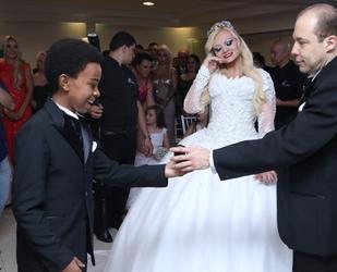 3407918523-casamento-de-mulher-pera-atrai-sub-celebridades-em-sao-paulo